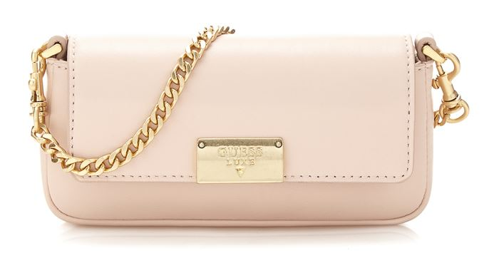 Сумки Guess Luxe весна-лето 2018 - кремово-розовая сумка клатч-багет на ручке-цепочке