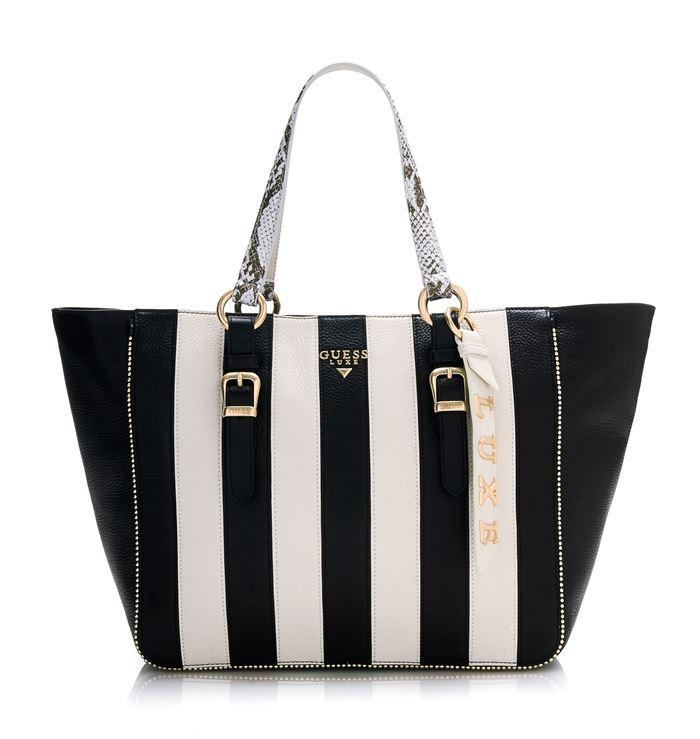 Сумки Guess Luxe весна-лето 2018 - чёрно-белая трапециевидная сумка шоппер в вертикальную полоску