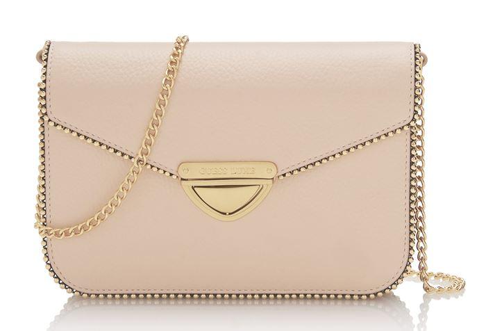 Сумки Guess Luxe весна-лето 2018 - кремово-розовая сумка через плечо на тонкой ручке-цепочке