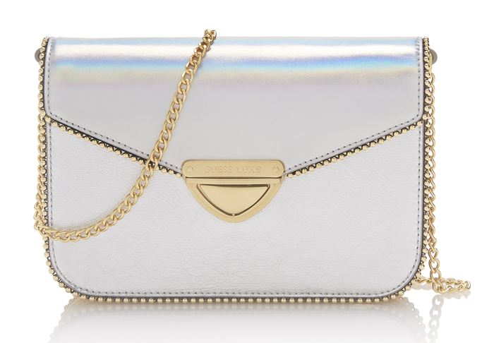 Сумки Guess Luxe весна-лето 2018 - серебряная сумка через плечо на тонкой ручке-цепочке