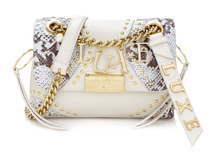 Сумки Guess Luxe весна-лето 2018 - белая сумка через плечо со змеиным принтом и золотыми заклёпками