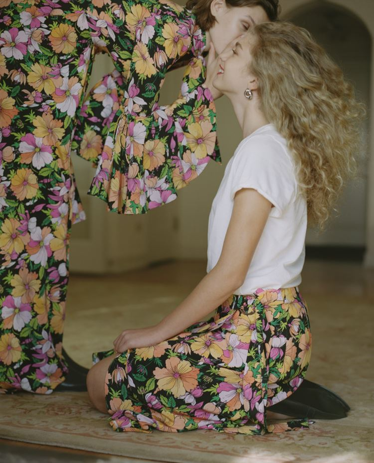 Рекламная кампания Topshop весна-лето 2018 - крупный и яркий цветочный принт