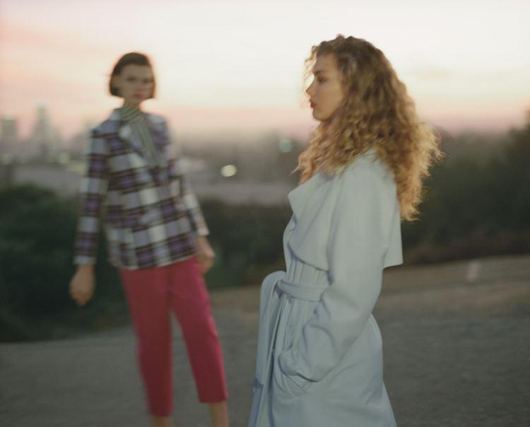 Рекламная кампания Topshop весна-лето 2018 - светлое летнее пальто и блейзёр в клетку с розовыми брюками