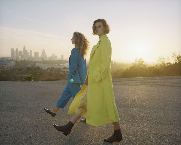 Рекламная кампания Topshop весна-лето 2018 - жёлтое летнее пальто и голубой брючный костюм