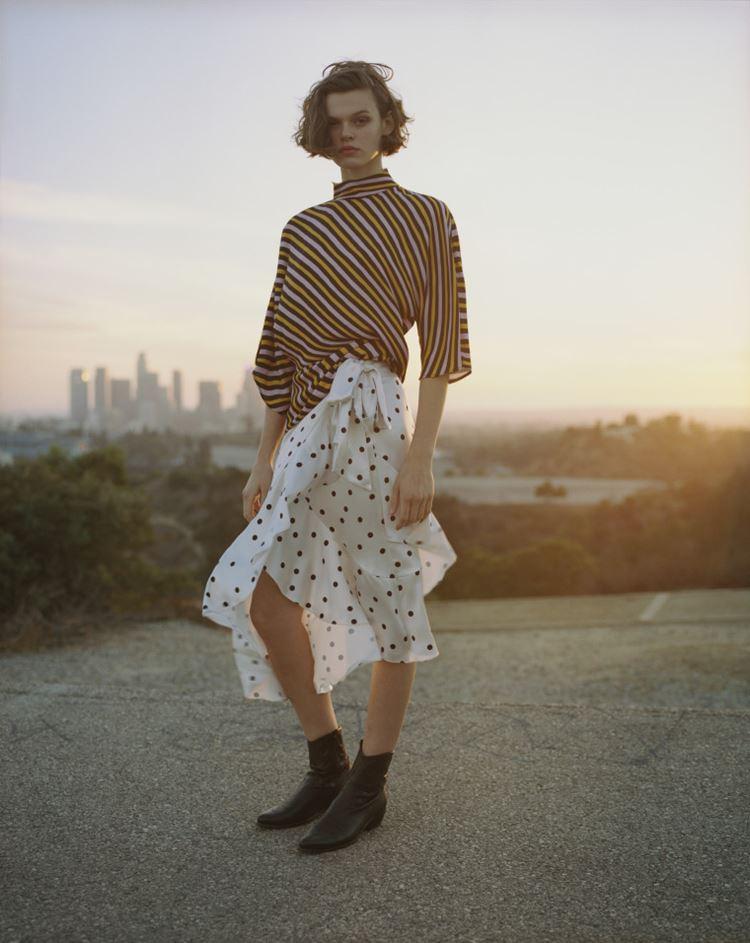 Рекламная кампания Topshop весна-лето 2018 - блузка в полоску и юбка в горошек
