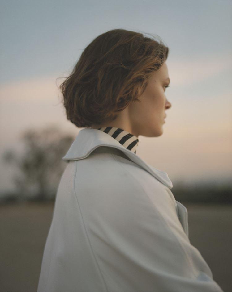 Рекламная кампания Topshop весна-лето 2018 - блузка в полоску и светлый плащ
