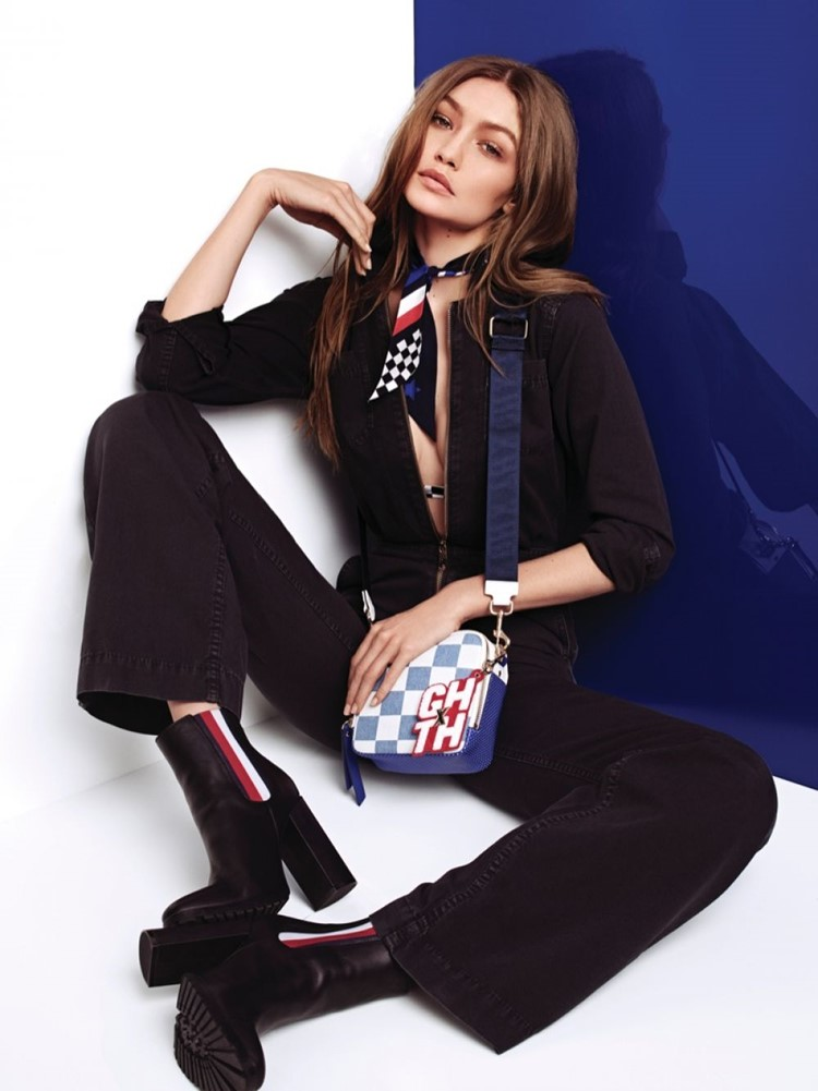 Джиджи Хадид в лукбуке Tommy X Gigi весна-лето 2018 - комбинезон на молнии и синяя сумка через плечо