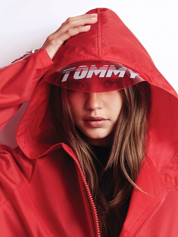 Джиджи Хадид в лукбуке Tommy X Gigi весна-лето 2018 - спортивная куртка с капюшоном с козырьком