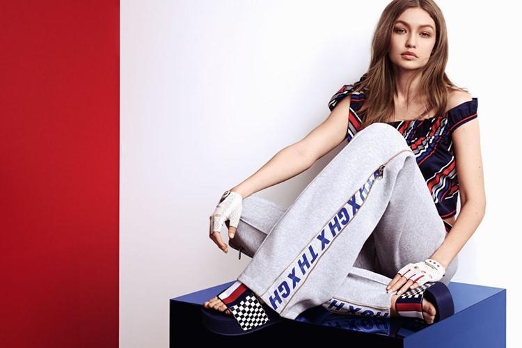 Джиджи Хадид в лукбуке Tommy X Gigi весна-лето 2018 - Серые спортивные штаны, синий топ в полоску и шлёпки на платформе