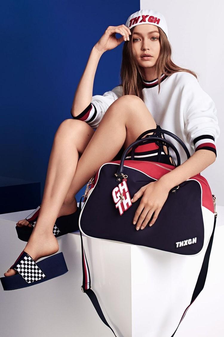 Джиджи Хадид в лукбуке Tommy X Gigi весна-лето 2018 - Белый свитшот, спортивная сумка и шлёпки на платформе