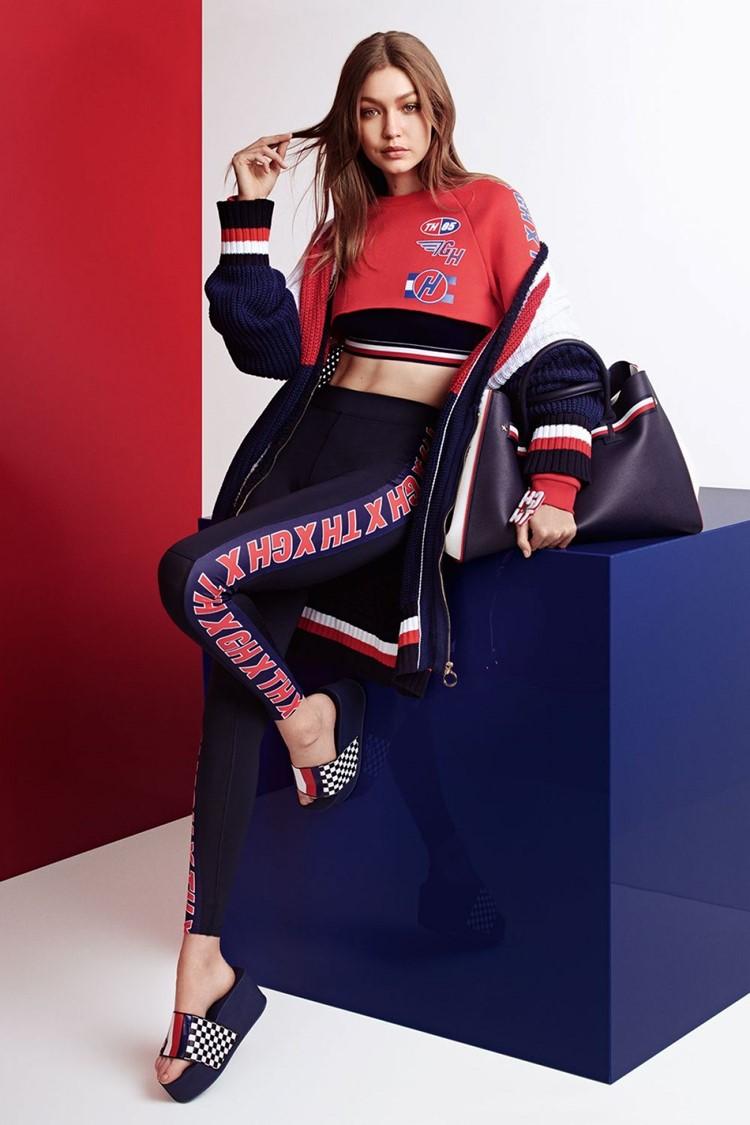 Джиджи Хадид в лукбуке Tommy X Gigi весна-лето 2018 - кроп-топ, лосины, спортивная куртка и шлёпанцы на платформе