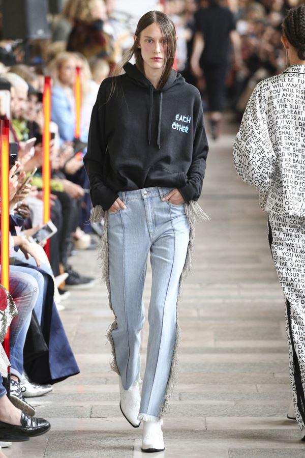 Женские джинсы весна-лето 2018 - Светло-голубые джинсы со стрелками и бахромой по бокам