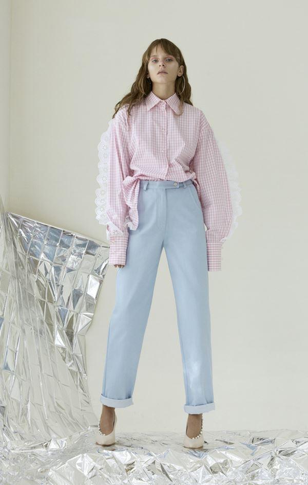 Женские джинсы весна-лето 2018 - Светло-голубые джинсы с розовой блузкой