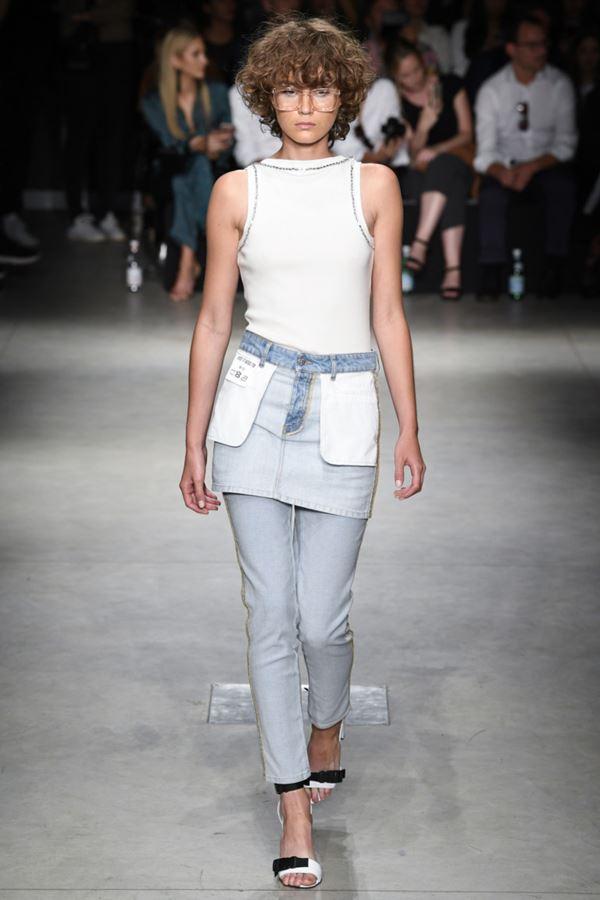 Женские джинсы весна-лето 2018 - Светло-голубые укороченные джинсы с верхней юбкой