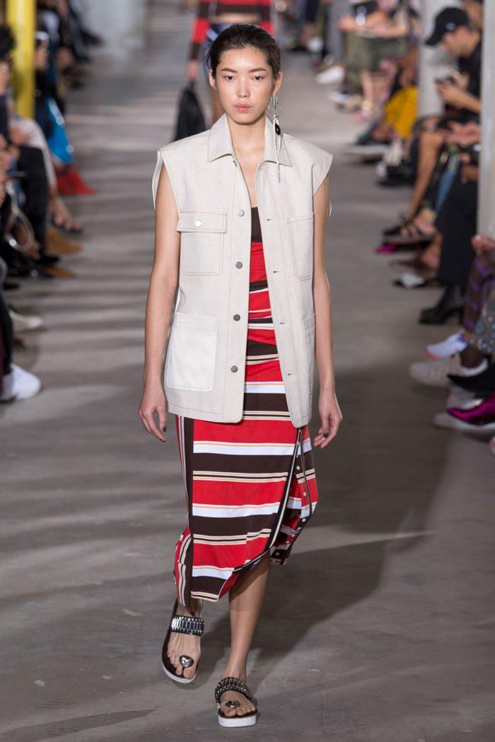 Модные женские жилеты весна-лето 2018 - Светло-бежевая жилетка на пуговицах