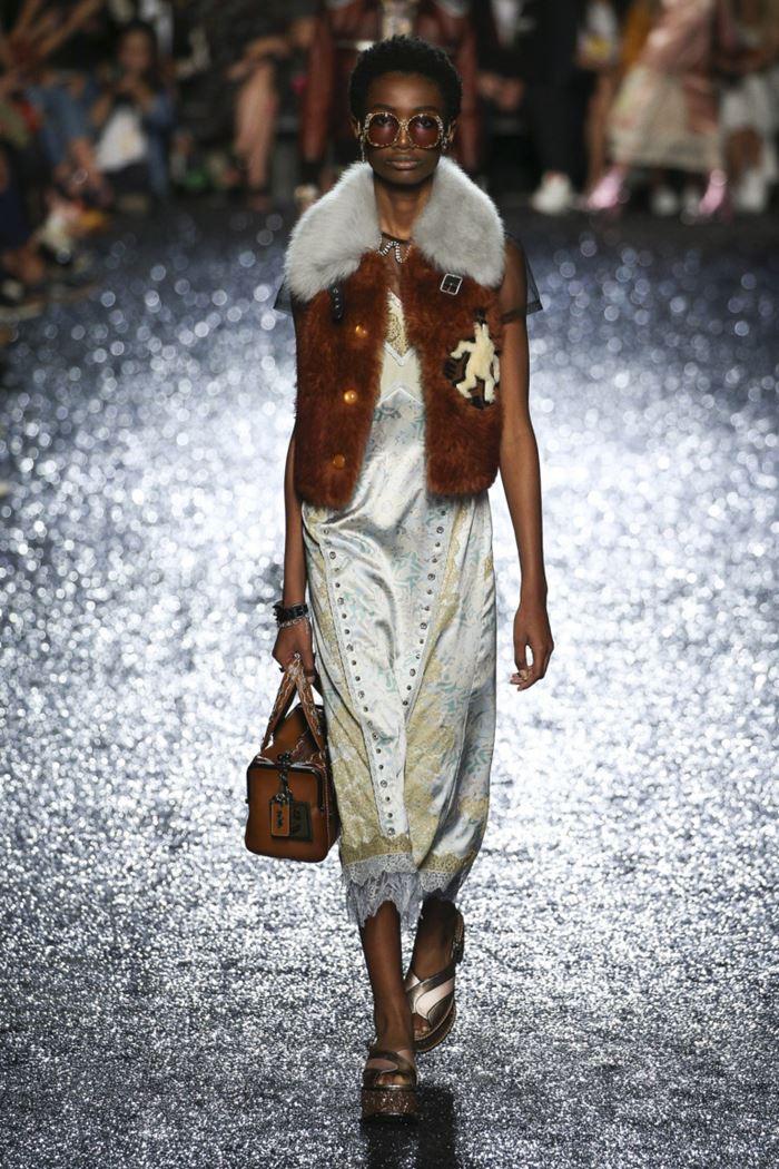 Модные женские жилеты весна-лето 2018 - Коричневый жилет с воротником и на пуговицах из искусственного меха