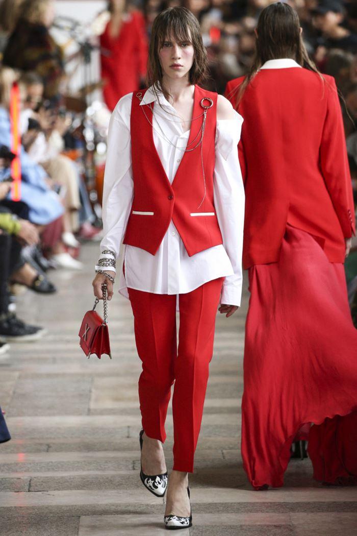 Модные женские жилеты весна-лето 2018 - Красный костюм с жилетом и белой блузкой