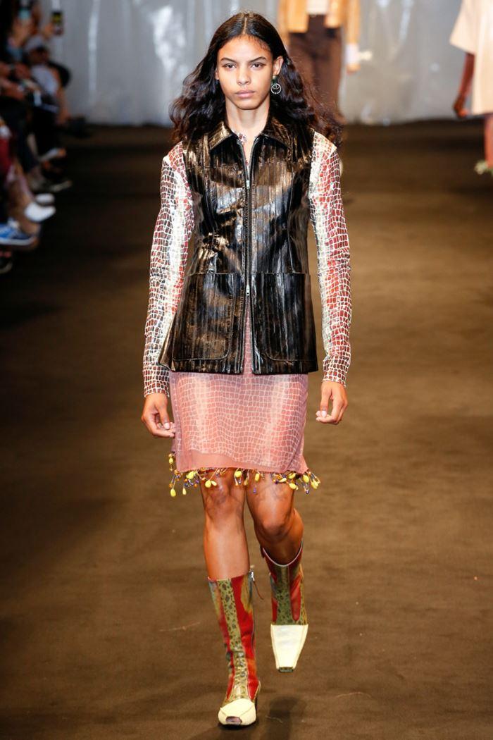 Модные женские жилеты весна-лето 2018 - Кожаный чёрный жилет на молнии