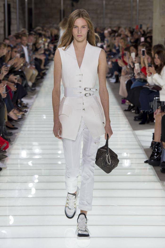 Модные женские жилеты весна-лето 2018 - Длинный белый приталенный жилет на пуговицах