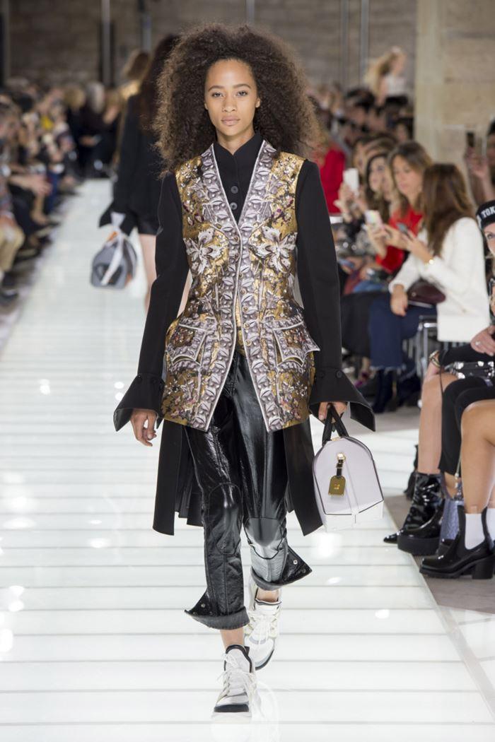 Модные женские жилеты весна-лето 2018 - Блестящий длинный жилет с вышивкой