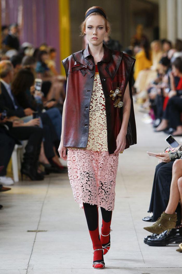 Модные женские жилеты весна-лето 2018 - Красно-чёрный кожаный жилет на пуговицах