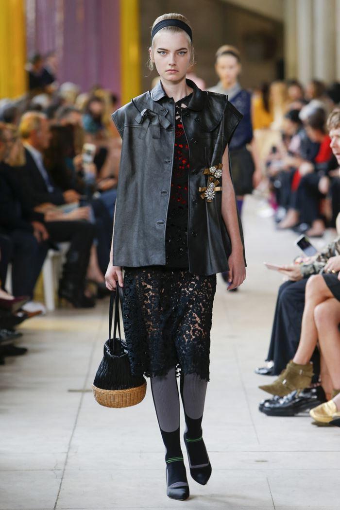 Модные женские жилеты весна-лето 2018 - Чёрный кожаный жилет на пуговицах