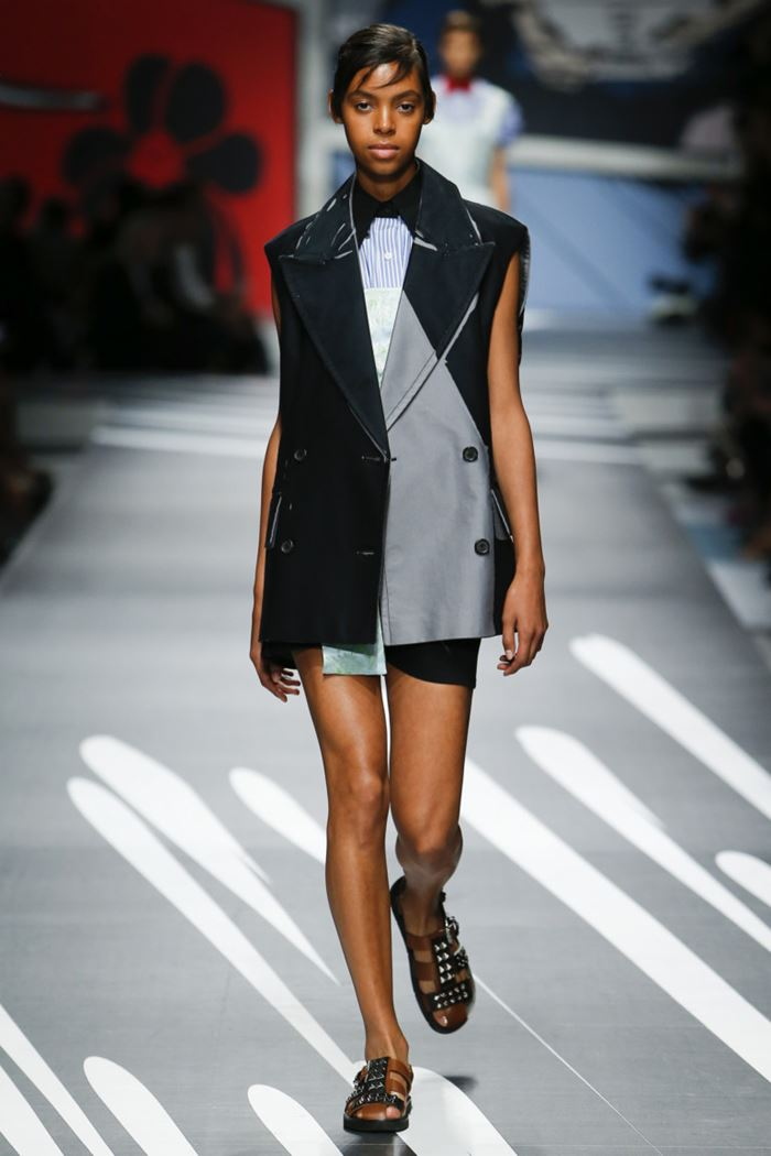 Модные женские жилеты весна-лето 2018 - Длинный чёрно-серый двубортный жилет оверсайз