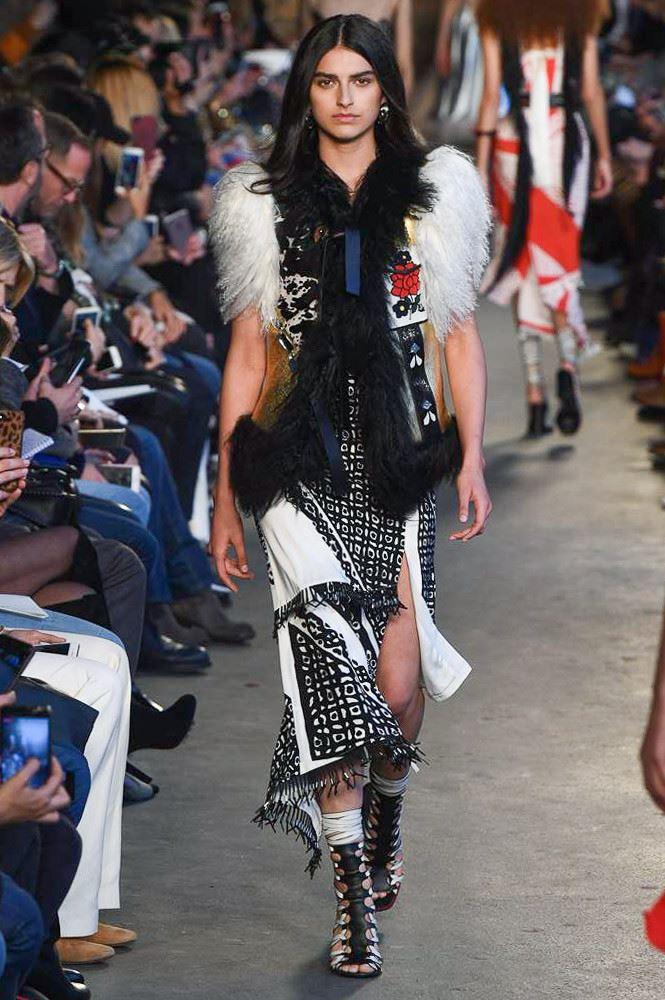 Модные женские жилеты весна-лето 2018 - Жилет в этническом стиле с отделкой искусственным мехом