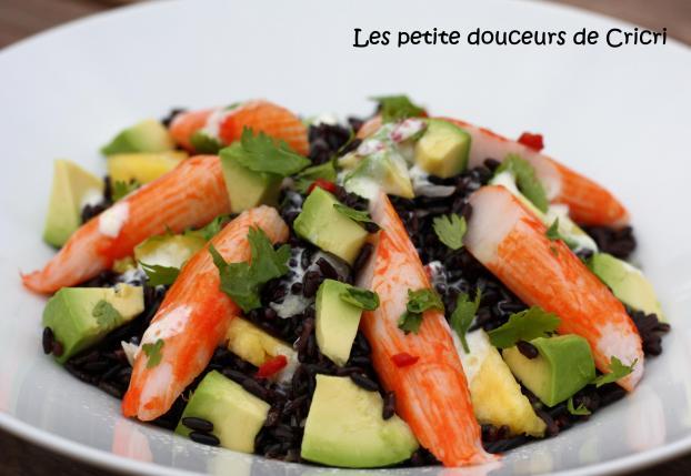 10 рецептов салатов с крабовыми палочками - Салат с авокадо и чёрным рисом