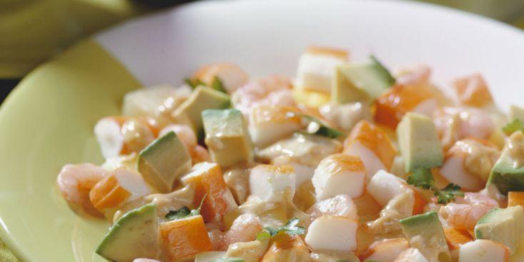 10 рецептов салатов с крабовыми палочками - Салат с креветками и авокадо
