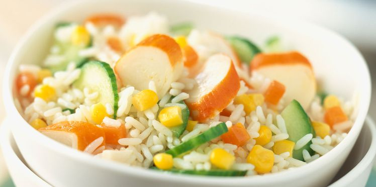 10 рецептов салатов с крабовыми палочками - Рисовый салат с огурцами и кукурузой