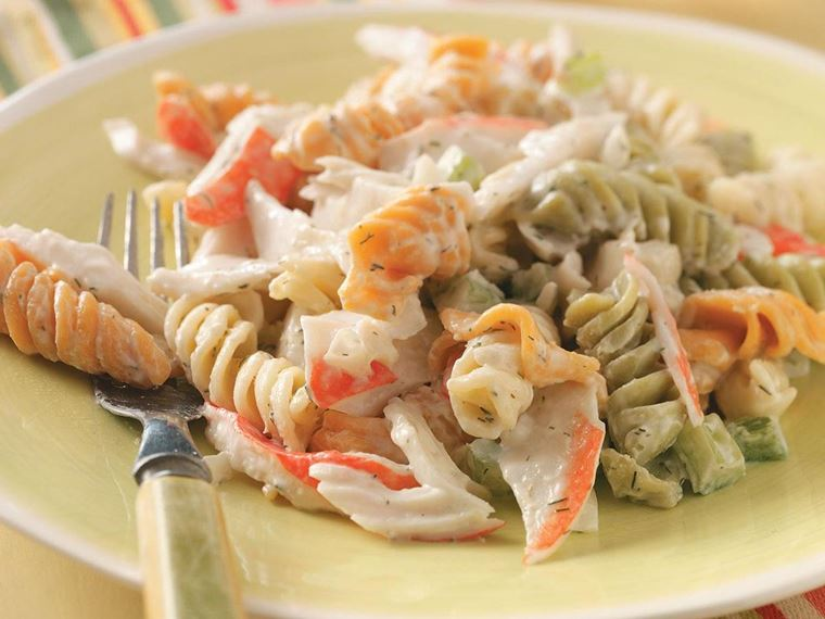10 рецептов салатов с крабовыми палочками - Салат с макаронами-спиральками