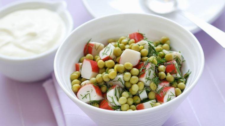 10 рецептов салатов с крабовыми палочками - Салат с зелёным горошком и укропом