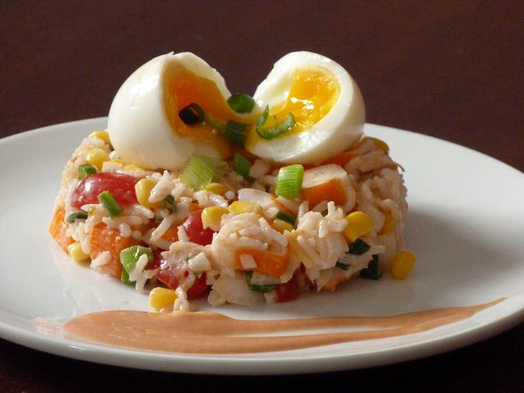 10 рецептов салатов с крабовыми палочками - Рисовый салат с яйцом всмятку или пашот