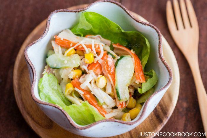 10 рецептов салатов с крабовыми палочками - Салат в японском стиле с огурцом