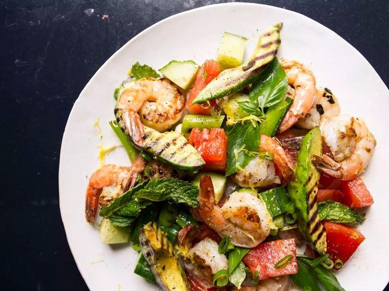 Салат с креветками и авокадо на гриле