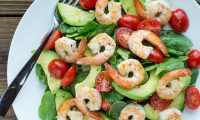 Классический салат с креветками, авокадо и шпинатом