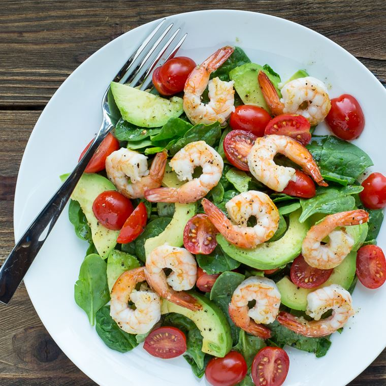 Классический салат с креветками, авокадо, помидорами черри и шпинатом