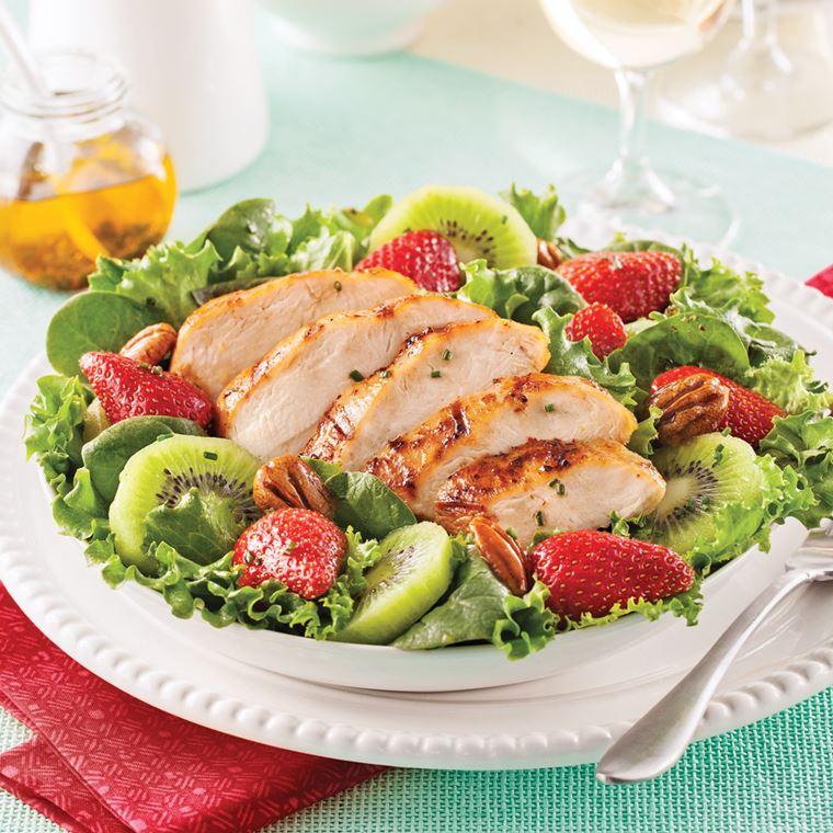 Салат с курицей, клубникой и киви, листьями зелёного салата и орехом пекан