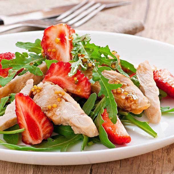 Салат с курицей, клубникой и рукколой