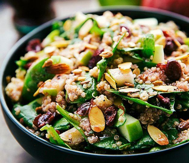 Полезный салат со шпинатом киноа, яблоком и миндалём