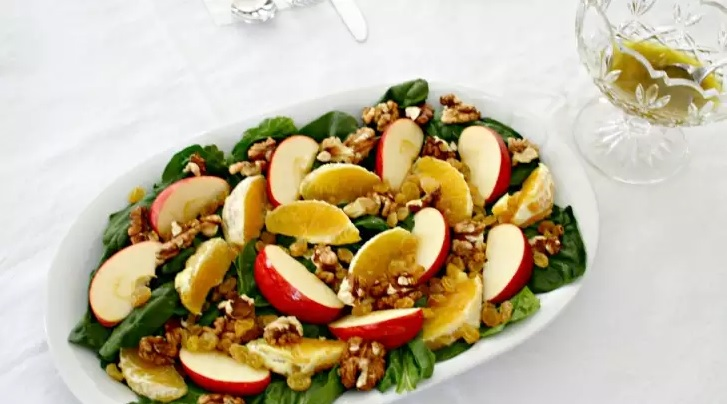 Витаминный салат со шпинатом, яблоками, апельсинами и орехами