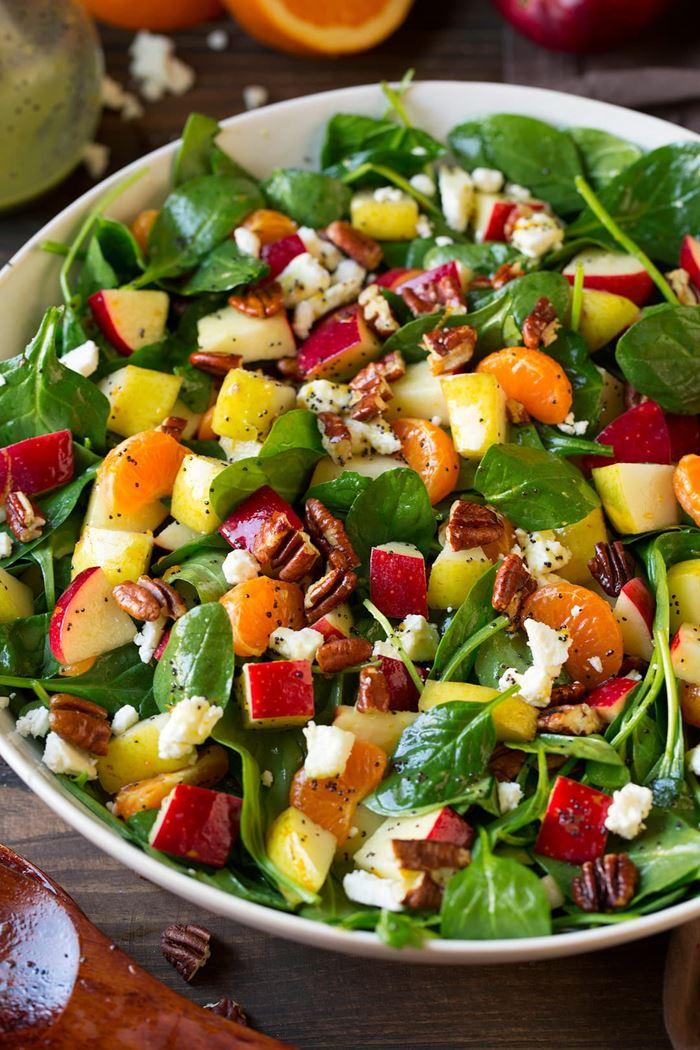 Витаминный салат со шпинатом, яблоками, мандарином и орехом пекан