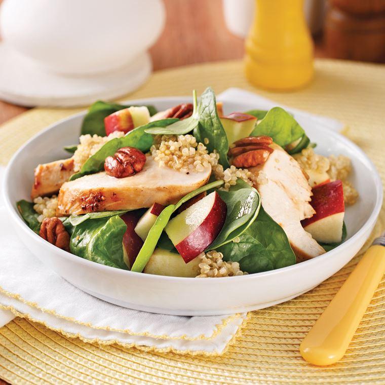 Салат со шпинатом, курицей, яблоками и киноа