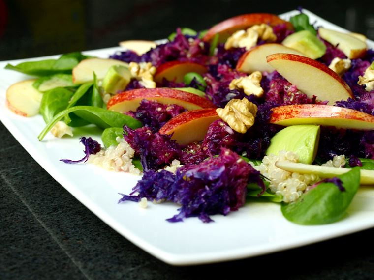 Салат со шпинатом, курицей, яблоками, краснокочанной капустой и грецкими орехами