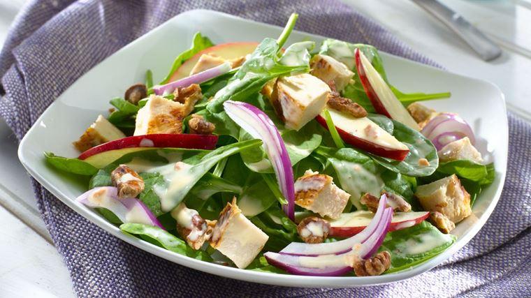 Салат со шпинатом, курицей, яблоками и красным луком