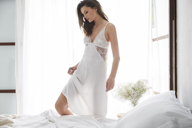 Свадебная коллекция нижнего белья Women'secret 2018 - шёлковая ночная сорочка с кружевной отделкой