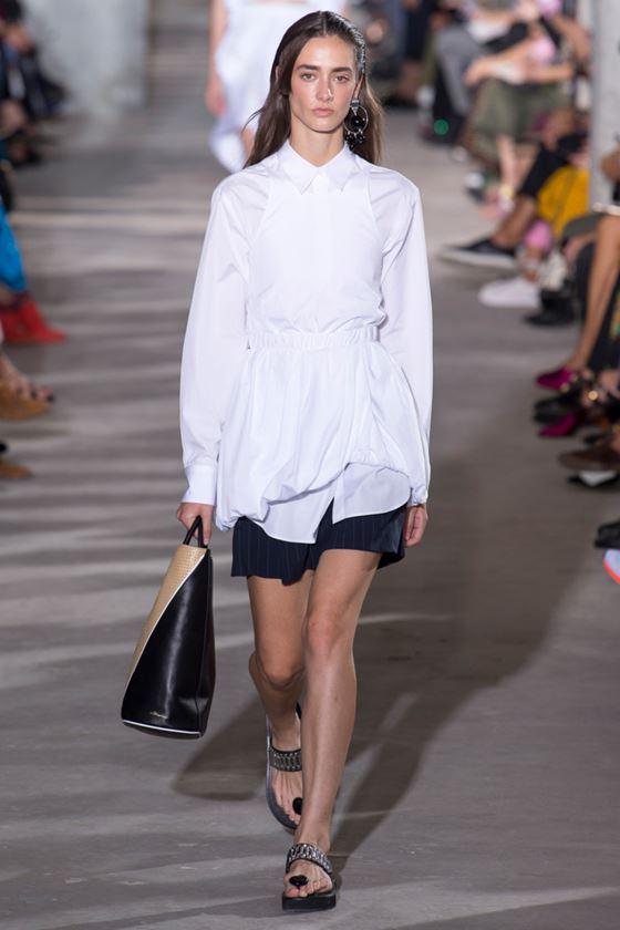 Модные белые блузки весна-лето 2018 - Длинная приталенная блузка с длинными рукавами
