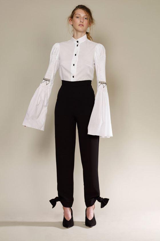 Модные белые блузки весна-лето 2018 - Блузка с длинными расклешёнными рукавами