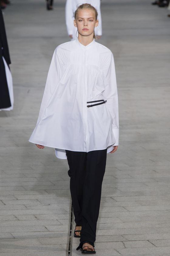 Модные белые блузки весна-лето 2018 - Длинная широкая рубашка с длинными рукавами